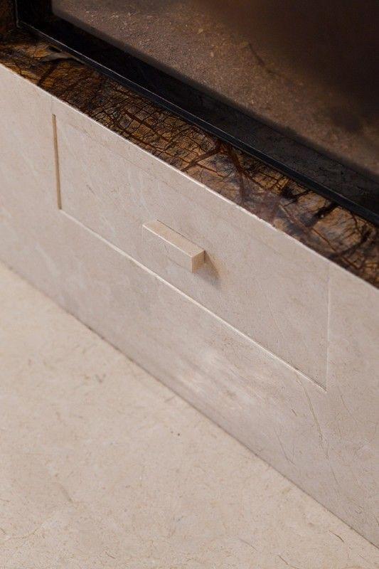 Lico szuflady wykonane z kamienia. The front of this drawer was made of stone.