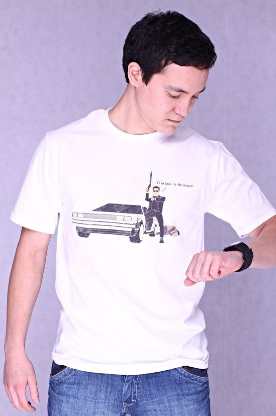 """T-shirt I'll Be Back Dit rechte model T-shirt voor mannen is gemaakt van voorgekrompen ringgesponnen katoen met een opdruk van de Terminator 'who goes Back to Future' in de DeLorean en de tekst: """"I'll be back… to the future"""". De hoge kwaliteit en goede verwerking zijn zichtbaar in de dubbele naden aan de mouwen en de zoom en de tweevoudig gelegde kraag in 1X1 ripp."""