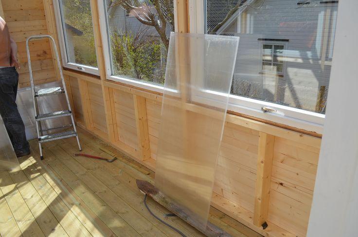 Mine gamle drivhusplater av isolerplast hadde jeg tatt vare på i håp om å lage nytt :) Nå skal dem bli nytt tak :)