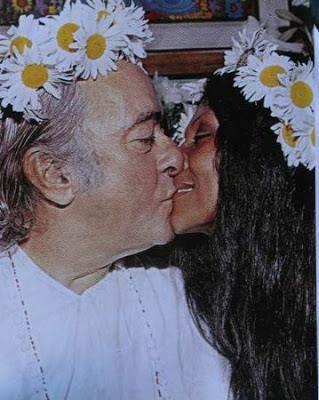 """A primeira vez que Vinicius de Moraes viu Gessy Gesse foi numa pizzaria no Leblon, no Rio, em 1969. Ele, carioca, já era um dos maiores poetas brasileiros e um dos pais da Bossa Nova. Ela, atriz do Cinema Novo baiano, estava na companhia da cantora Maria Bethânia e de outros conterrâneos que moravam na capital carioca. Depois de receber um recado (que guarda até hoje) com o número do telefone de Vinicius, Gessy ouviu de Bethânia: """"O poeta está apaixonado por você""""."""