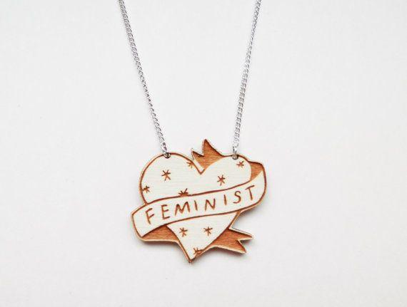 Feministische Kette in Herzform. Zu finden auf Etsy.