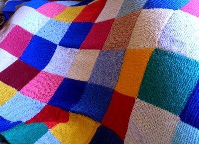 #Tricoter une couverture #patchwork en laine est un projet accessible même aux débutants. La méthode du patchwork (assemblage de carrés colorés) permet de réaliser des couvertures de toutes les tailles dans les coloris de votre choix.