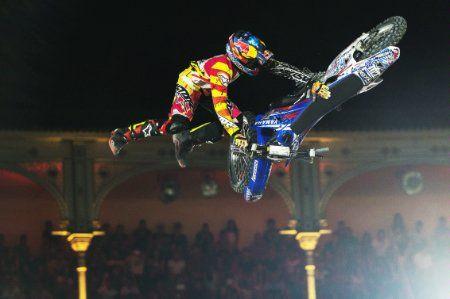 Závod #XFighters v Madridu přinesl nejlepší podívanou v historii celého #FMX. Diváci si mohli užít skutečně nevídanou kombinaci triků: 3x #doublebackflip, 2x #bikeflip, #surferflip a také různé body varialy...  REPORT TADY: http://extrememag.cz/madrid-videl-ten-nejlepsi-zavod-v-historii-red-bull-x-fighters/