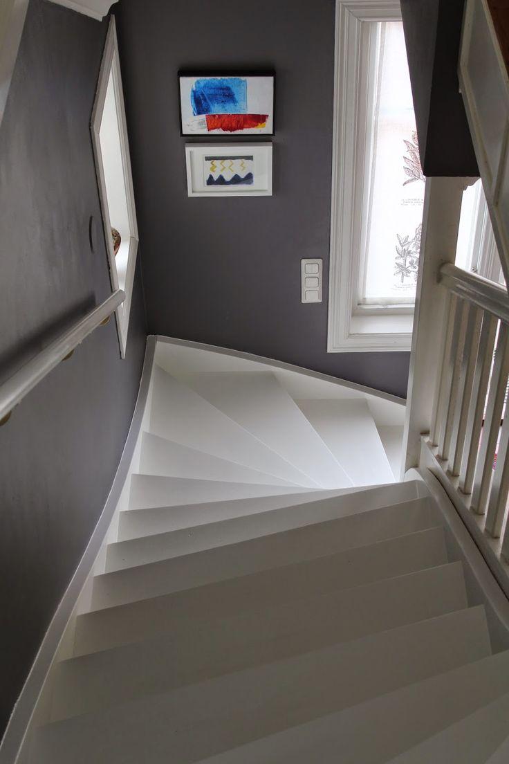 I somras när målaren ändå var på plats för yttertaket   bad vi honom att    måla trappan vit.          Vi är supernöjda med resultat...