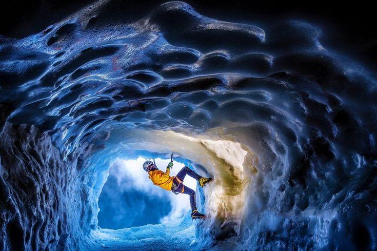Beauté glacée. Ce décor, qui aurait ravi Hergé lorsqu'il planchait sur Tintin au Tibet, est situé sur la face nord-est de l'aiguille du Midi. On pourrait simplement s'esbaudir sur le tourbillon bleu qu'escalade, tel un danseur, Kamil Tamiola, un photographe féru des hautes Alpes françaises, qui vient de passer huit jours à explorer ces cavernes de glace creusées comme des puits à flanc de montagne. Plus que le Yéti et bien plus que le froid, l'intrépide défricheur de ce monde se