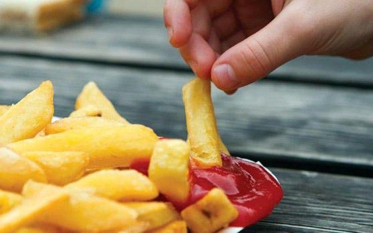 Η κακή διατροφή στην εφηβεία προκαλεί ανεπανόρθωτη βλάβη στον εγκέφαλο   Η έκθεση του ανθρώπου σε παράγοντες καρδιαγγειακού κινδύνου όπως το κάπνισμα και η κατανάλωση πρόχειρου φαγητού (φαστ-φουντ) κατά τα πρώιμα στάδια της ζωής του μπορεί να έχει αρνητικές επιπτώσεις στην υγεία του αργότερα στη ενήλικη ζωή του. Αυτό ήταν το αντικείμενο μελέτης μιας νέας έρευνας που διεξήχθη στη Φινλανδία από το πανεπιστήμιο Turku σε 3.596 άτομα. Οι επιστήμονες για τις ανάγκες της έρευνας παρακολούθησαν τους…