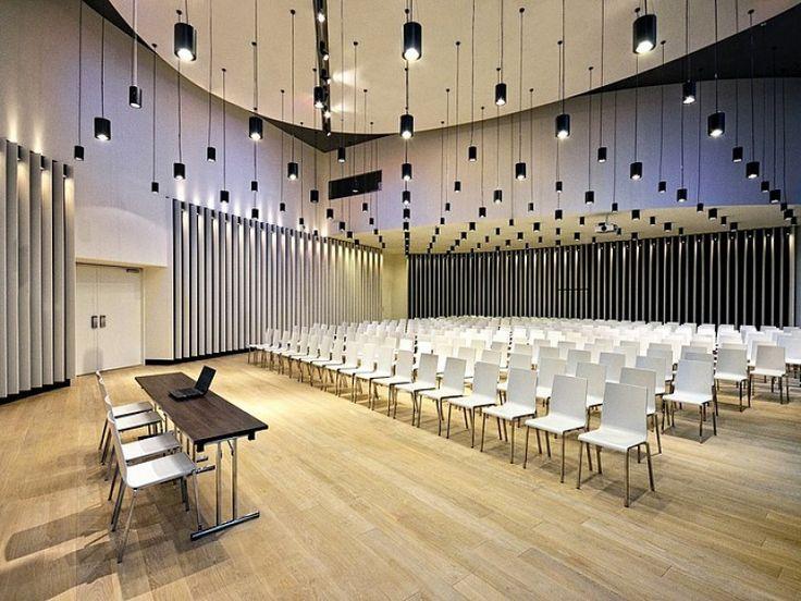 Mieszcząca się na terenie Sound Garden Hotel sala Symphony to wymarzone miejsce na konferencje, prelekcje czy prezentacje produktów. Jasne ściany oraz drewniana podłoga nadają wnętrzu nowoczesny charakter. Sala posiada dostęp do światła dziennego ale może również zostać w pełni zaciemniona na potrzeby prezentacji multimedialnych. Przestronna aula o wysokości 7m pozwala na ustawienie konstrukcji do podwieszania multimediów do 500kg. Sala wyposażona jest w wysokiej jakości sprzęt…