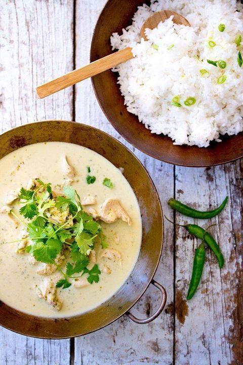 Blanquette blanc de poulet retour des Indes, de M. Fallon :  Découper 400gr blanc de poulet en lanières. Mariner 30 mn avec 2 cs huile olive, 1 cs curry, 1 cc sel. Au four en hypocuis 85°C 30 mn. Casserole, verser jus 2 citrons verts, 1 échalote, 2 gousses ail haché, 1 piment rouge oiseau haché 1 cs curry, 1 cc sel et 1l eau. Réduire à feu vif 10 mn. Ajouter 5 cs lait coco, réduire 2 mn. Vapeur 3 mn 2 bols chou-fleurs, 1 bol champignons shitake. Peler 1 courgette avec économe, et couper en…