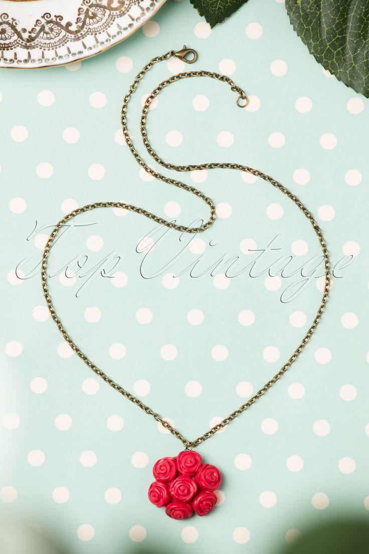 De 40s I Love My Bouquet of Roses Necklaceis een prachtige ketting met rozenhanger!Lovely! Deze korte ketting is uitgevoerd in antiek goudkleurig metaal met een groot boeket rode rozen als eyecatching detail. Wat een schatje!   Handgemaakt Antiek goudkleurig metaal