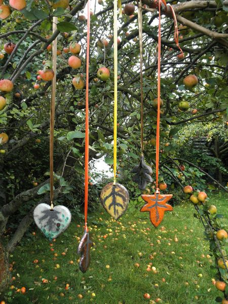 ...Keramik. 5 herbstlich gefärbte Blätter zum Aufhängen als Beitrag zur *Aktion KunstRaub 2*...    Dieses Blätter-Set wurde frei nach verschiedenen...