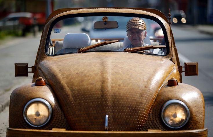 """""""O aposentado bósnio Momir Bojic criou um fusca de madeira com 50 mil peças de carvalho. Ele levou dois anos para terminar de fazer o carro""""  - Carros estranhos e malucos do mundo"""