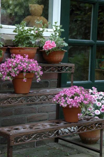 Három szintes öntöttvas virágtartó állvány.