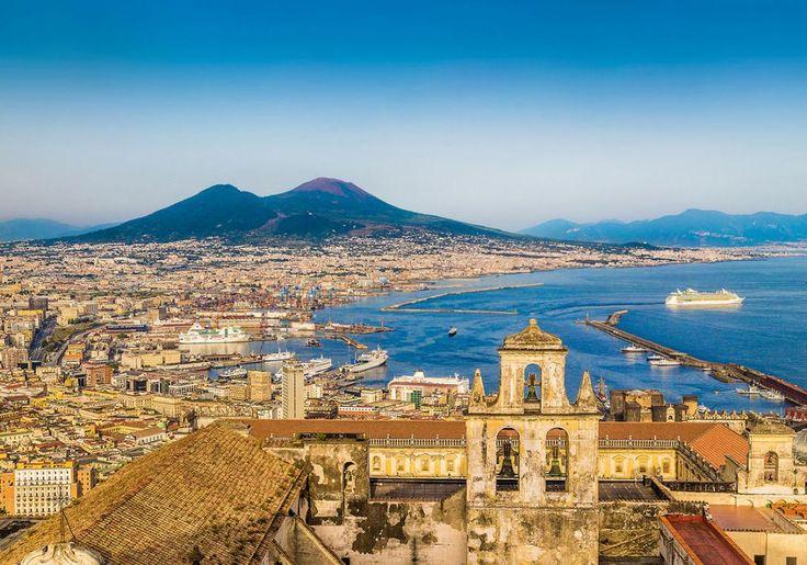 Napoli i Italien ligger for foden af vulkanen Vesuv, og både byen og vulkanen er et besøg værd. Det var Vesuv, der i år 79 ødelage byen Pompeji, og den anses stadig som en af verdens farligste, fordi Napoli ligger så tæt på. Omgivelserne omkring vulkanen er lavet til nationalpark for at beskytte historien og kulturen i området.