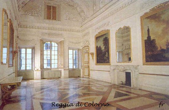 Reggia di Colorno.Le stanze sono per la maggior parte spoglie di arredamenti e accolgono  pavimenti in marmo rosa e soffitti affrescati.  (cit. Camperarcobaleno)