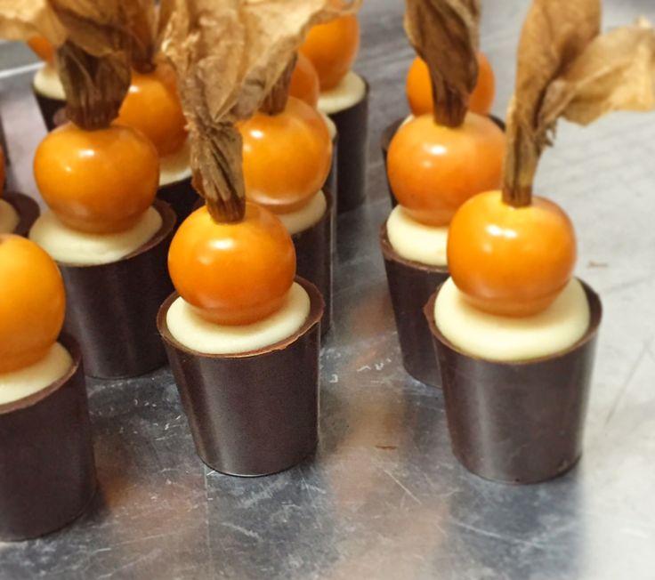 Chocolate meio amargo, ganache de contreau e pysallis