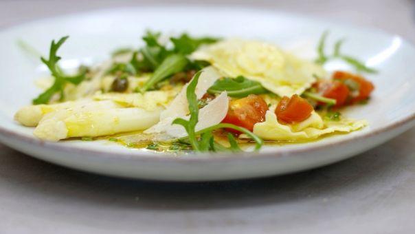 Eén - Dagelijkse kost - ravioli met Parmezaanvulling, asperges en tomatenvinaigrette