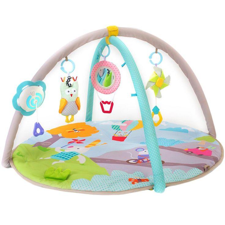 Manta de juegos y actividades, perfecta para que los más pequeños desarrollen todos sus sentidos jugando. Está llena de color, tiene luces, música y un montón de actividades para el bebé.  Incluye 3 juguetes suspendidos: un búho, un globo aerostático y un molinillo. Favorece el desarrollo de los sentidos, la motricidad fina y global y la coordinación ojo-mano del pequeño. Características:  14 actividades de descubrimiento para jugar y explorar. Cuenta con un juego suspendido que emite…