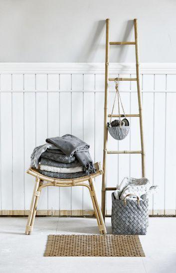 Bambusowy stołek i drabinka na ręczniki. Powiesimy też na niej pojemnik z kosmetykami, Lene Bjerre. #lazienka #toaleta #inspiracje #wnetrza #dom #kran #słuchawka #łazienki #kabina #wanna #mieszkanie #willa #projektowanie #architektura #design #interior #bath #shower #bathroom #inspiration #ideas #white #modern #2018 #glamour #style