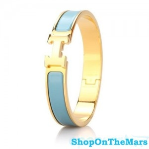 Like sky Hermes Gold Plated Clic Clac H Narrow Bracelet  Color: Blue / Gold Material: Enamel Size: Diameter2.4'' Width0.45'' Circumference6.5'' Package: Hermes original box, dust pouch, Hermes card Shipping: Free  Hermes h bracelet from replica factory will make you the color of sky, eyes will be attracted by your beacelet for you.