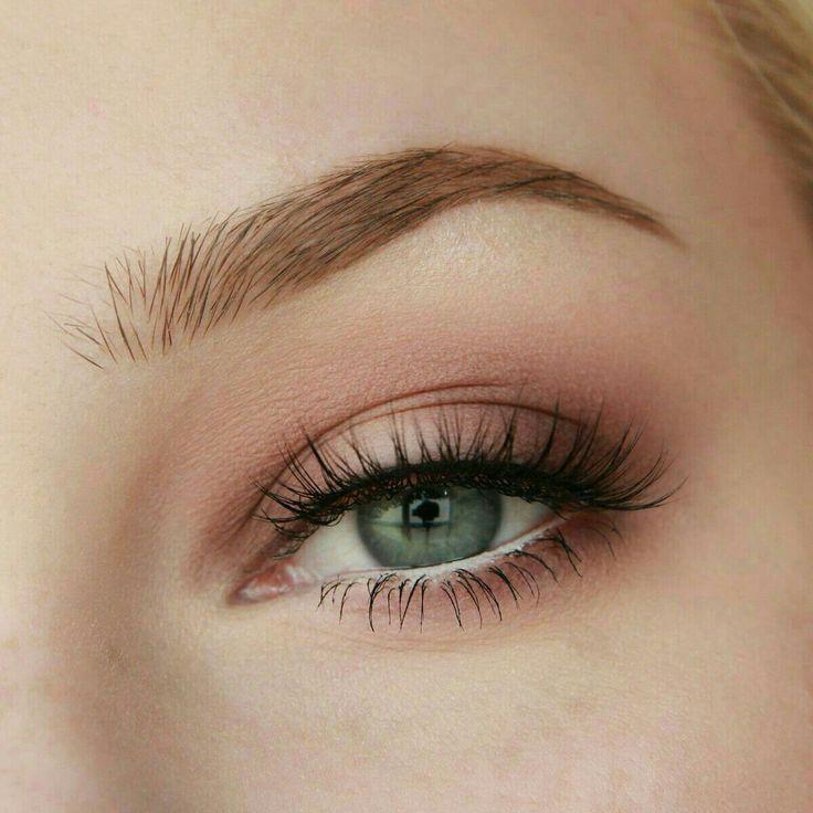 Dezenter rosafarbener Augenlook, der glanzvoller oder natürlicher gestaltet werden kann – Leah