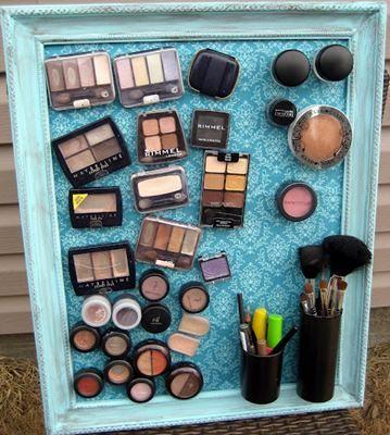 Quadro magnético para organizar as maquiagens.  http://www.minhacasaminhacara.com.br/como-organizar-as-maquiagens/