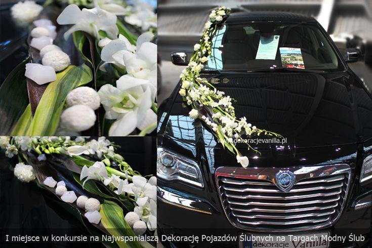 Dekoracja auta z kwiatów mieszanych i dodatkiem filcowych kulek