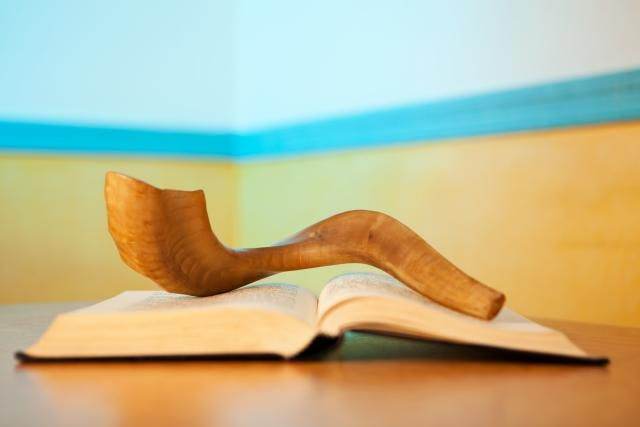 What are the correct ways for a non-Jewish (or Jewish) person to respectfully convey Rosh Hashanah and Yom Kippur greetings to Jewish friends?