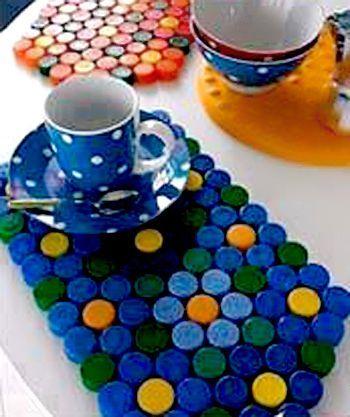 Quello che vi proponiamo oggi è di creare un set di americani per la tavola. L'ideale sarebbe raccogliere tappi (della stessa dimensione) in colori di versi in modo da creare un disegno a fiori.