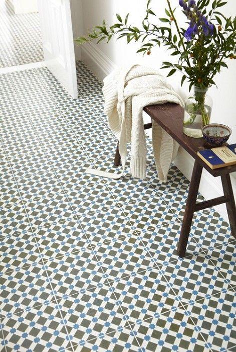 Creamos una zona diferenciada en el pavimento de madera, en el vestíbulo, con estas plaquetas con un toque vintage, Henley Azul.