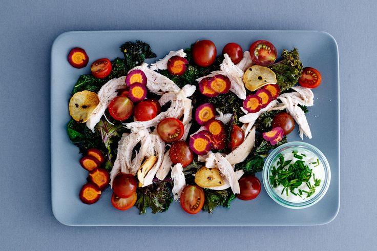 Lun vintersalat med kylling og to slags kål giver dig masser af grove grøntsager og mættende proteiner.