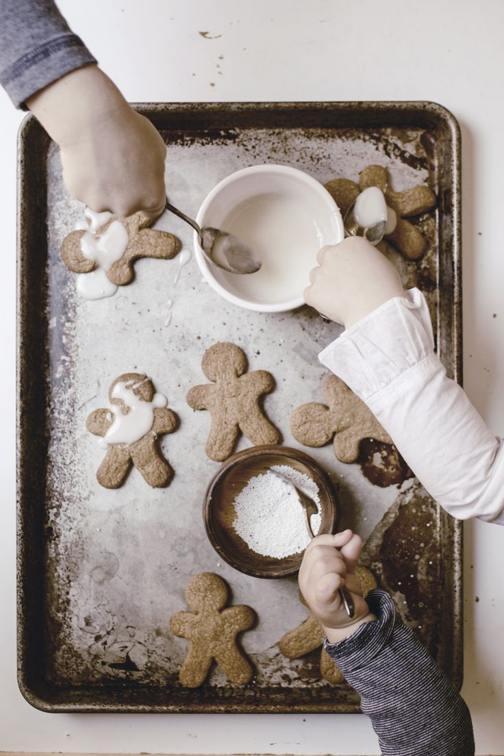 Gingerbread men cookies / a holiday Christmas cookie tradition with the kids #recipe