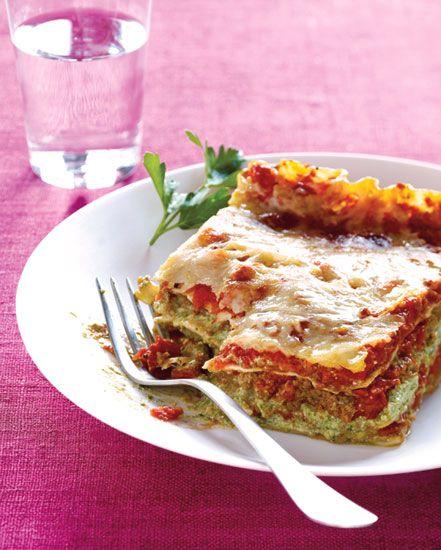 Lasaña de espinacas, calabacitas, salsa de tomate y queso ricotta. Preparada con ingredientes bajos en grasas y llenos de sabor. Disfruta de éste platillo de pasta por solo ¡215 calorías por porción!