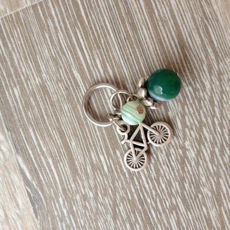 Bedel van 8mm groen band agaat met metalen sierkap, 6mm licht groen jade en een metalen fiets. Van JuudsBoetiek; €3,00. Wil je er een ketting bij? Vraag naar de mogelijkheden! Bestellen kan via juudsboetiek@gmail.com. www.juudsboetiek.nl.