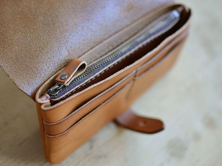 コンパクトサイズの長財布。フタを開いた前面にカード入れが4つ付いています。メイン収納部はファスナー式の小銭入れ部を仕切りとして使っているので、計3部屋構造です。
