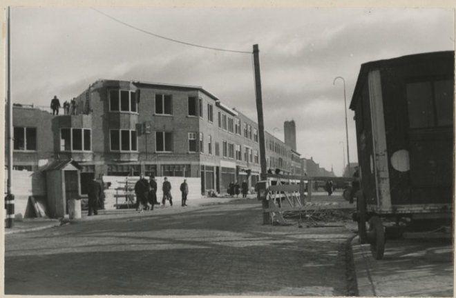 1943, Fahrenheitstraat hoek Larixlaan, gezien van de Segbroeklaan. Op de achtergrond de gedeeltelijk afgebroken toren van de Westduinkerk. 025f9a45-3a7d-4b44-af09-c7aede3e1a55.jpg