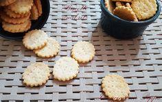 I biscotti simil ritz somigliano molto agli originali. Una ricetta semplice e veloce per ottenere degli stuzzichini gustosissimi per i vostri ospiti...