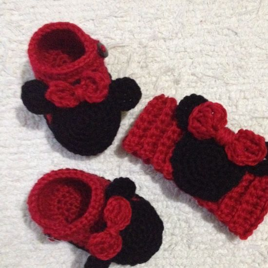 How to make Minnie Mouse head band via @Guidecentral - Visit www.guidecentr.al for more #DIY #tutorials