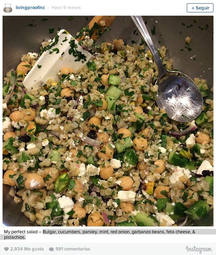 La ensalada perfecta: bulgur, pepino, garbanzos, perejil, menta, cebolla roja, queso feta y pistachos.
