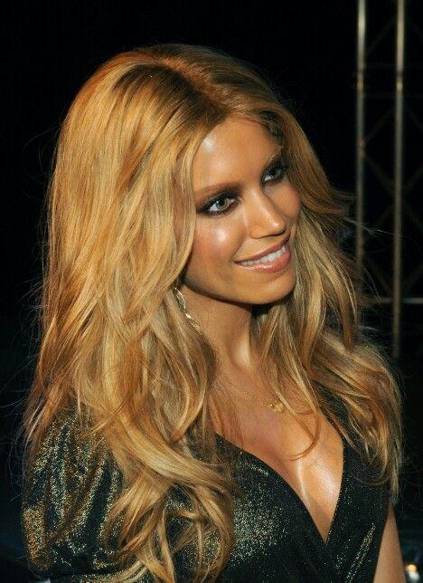 That hair, that colour, that make up.. silvie meis!!