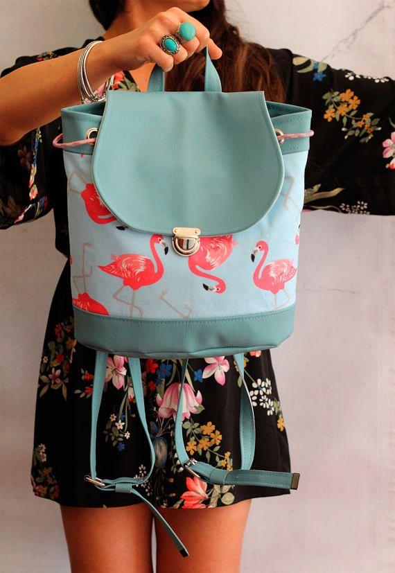 Bucket backpack Flamingo. Zaino in ecopelle azzurro pastello e tessuto fenicotteri con coulisse e bottone a cartella. Vegan