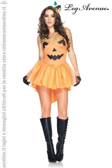 Leg Avenue, travestimento per halloween da principessa modello pumpkin princess. Il costume è composto da un set 3 pezzi. Il vestito è arancione, nella parte anteriore in nero sono applicati gli occhi il naso e la bocca del classico disegno della forma della zucca, la gonna  ha una forma molto ampia ad effetto ondulato con un velo ricoperto da strass che brillano alla luce,in abbinamento anche un piccolo cappellino mentre le calze, i guanti e gli stivali non sono inclusi nella confezione.