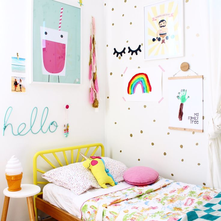 Adorable family tree craft activity for kids or toddlers using their handprints as artwork. Makes a beautiful display in a child's bedroom.
