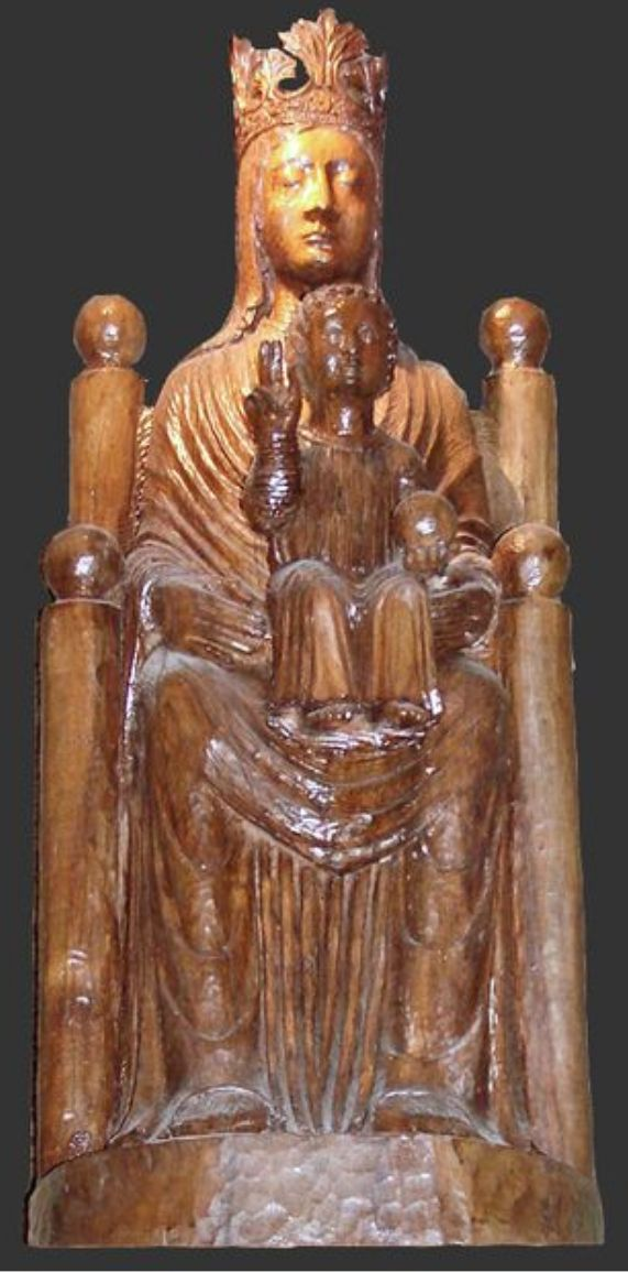 """Черная Мадонна из Шартра (Франция), """"Богоматерь Подземная"""" (Notre-Dame de Sous-Terre). Изначальная скульптура XI в., которая находилась в Шартрском соборе, построенном на месте кельтского святилища, не сохранилась - она была уничтожена во время Французской революции и в середине XIX в. заменена копией. На цоколе статуи воспроизведена надпись с оригинала -""""Virgini Pariturae""""  (часть цитаты из библейской книги пророка Исайи: """"Господь даст вам знамение: се, Дева во чреве приимет и родит Сына"""")."""