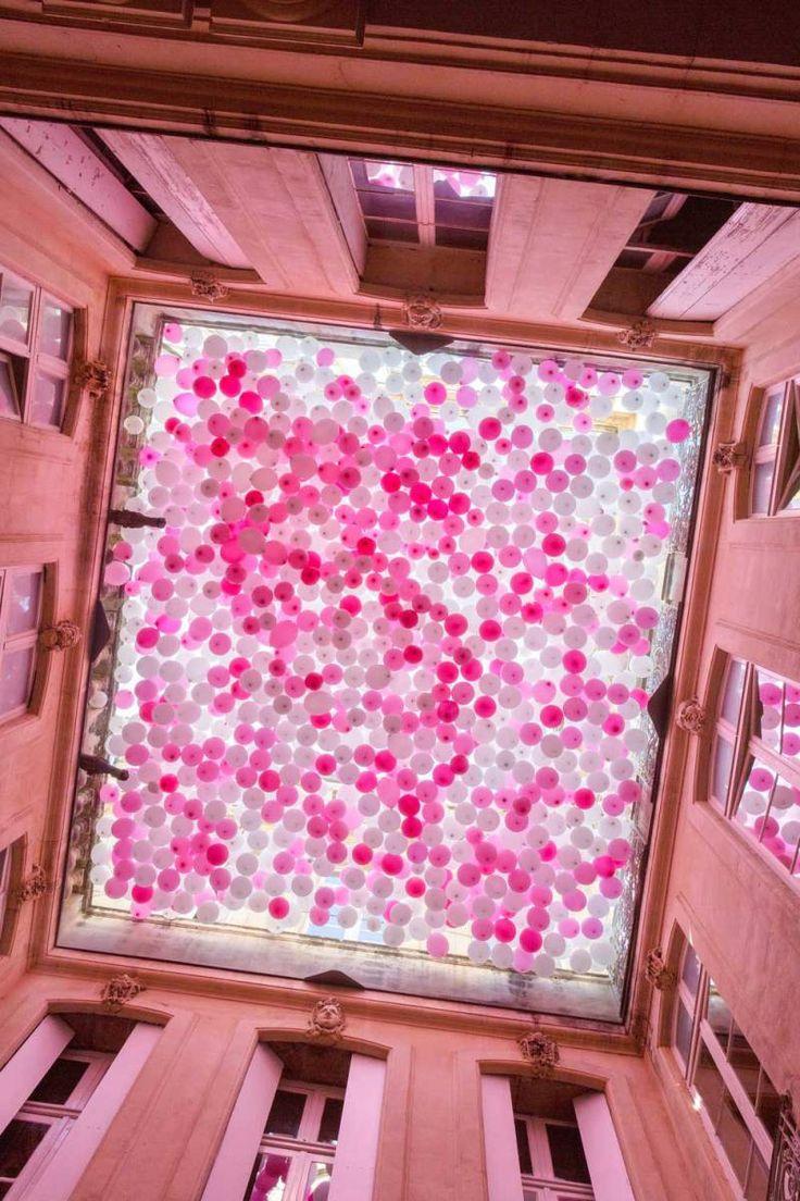 """""""Situata all'interno del cortile all'Hôtel de Griffy a Montpellier, Francia, questa installazione del 2015 di palloncini rosa e bianchi tenta di catturare la sensazione della Prim…"""