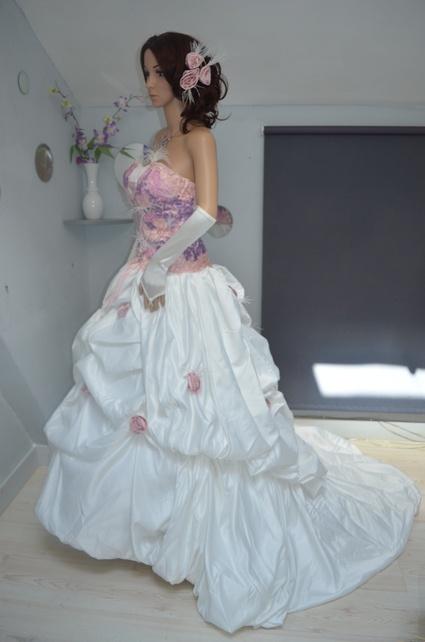 Robe de mariée bicolor d'occasion camaieu de dentelle rose sur le bustier avec petite plume jupe en taffeta