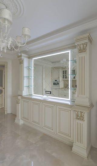 Данный проект выполнен силами нашей компании в 2017г. Зеркало с подсветкой в баре. В проекте использовалось зеркало серебро 4мм с фацетом 15мм. На зеркале сделана гравировка V10мм. Установка зеркала производилась с помощью подвесов.. Проект реализован в г. Москва, ул. Заповедная.