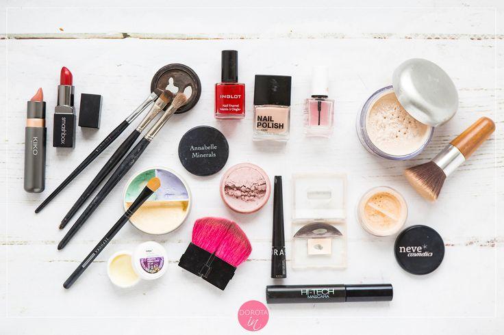 Kosmetyki minimalistki - podstawowy zestaw kolorowych kosmetyków do delikatnego lub mocniejszego makijażu. #uroda #kosmetyki #beauty #minimalizm