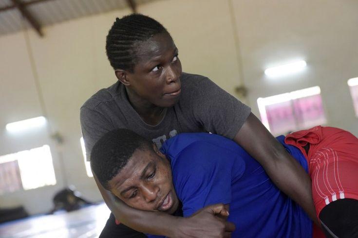 Isabelle Sambou, 35 ans, est le grand espoir de l'Afrique pour obtenir une médaille en lutte aux JO de Rio. A 35 ans, la sportive sénégalaise…