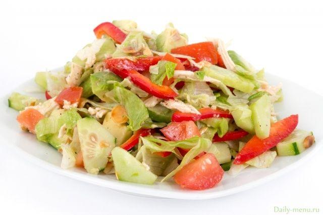 """Вкусный диетический салат из курицы с авокадо,  салатом """"Айсберг"""", огурцом, сельдереем и болгарским перцем с йогуртовой заправкой"""