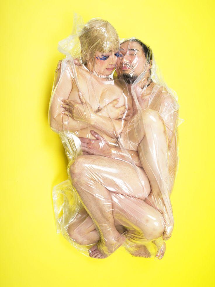 L'artista che mette le coppie sottovuoto...
